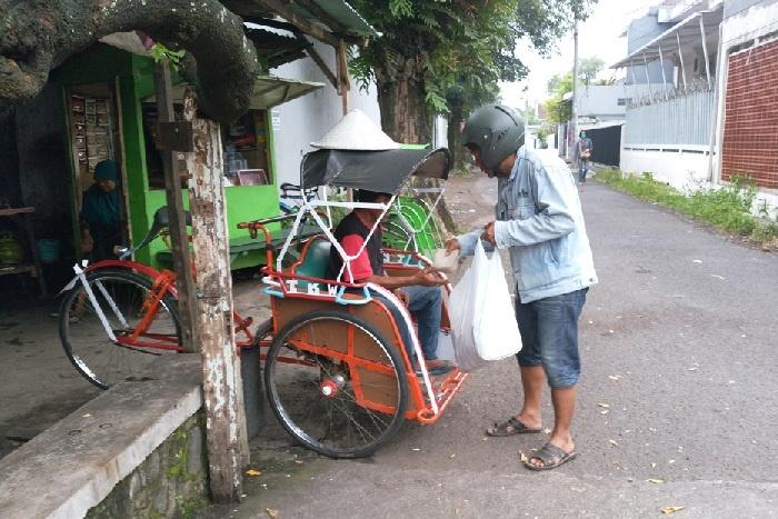 Bagi Nasi Bungkus ke Tukang Becak