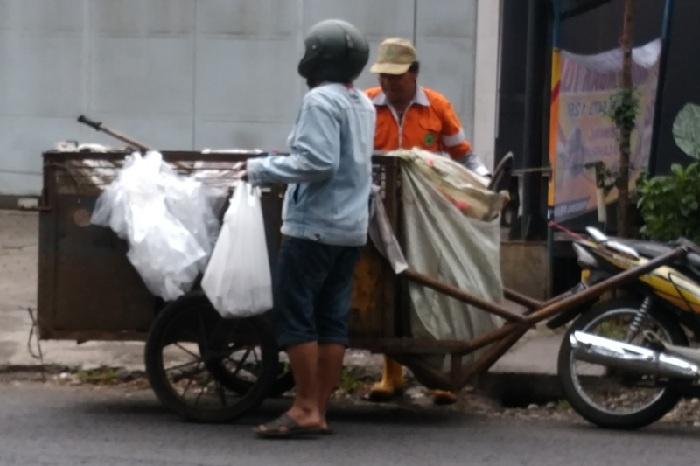 Bagi2 Nasi Bungkus ke Tukang Sampah