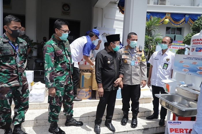 Walikota Memeriksa Washtafel Portable Sumbangan Pertamina