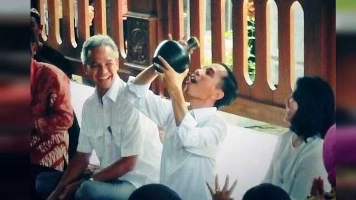 Presiden Jokowi Minum dari Kendi