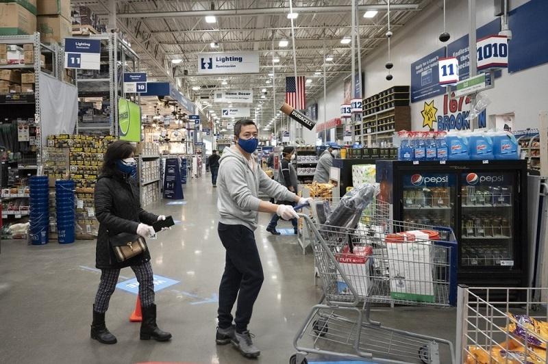 Konsumen Mengenakan Masker di Supermarket AS