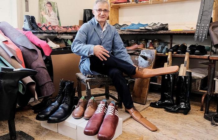 """Pengrajin ini Ciptakan Sepatu """"Hidung Pinokio"""" untuk Social Distancing"""