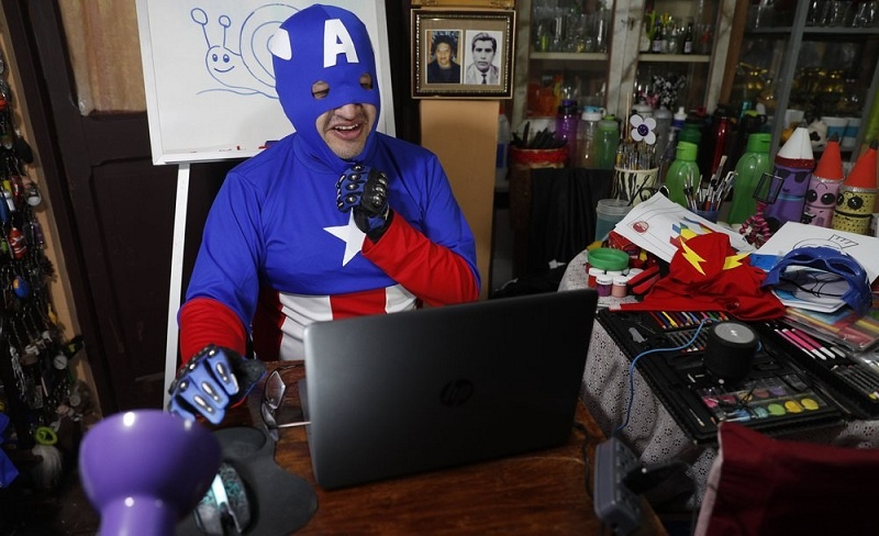 Dandan Ala Super Hero di Kelas Virtual Agar Murid Tak Jenuh