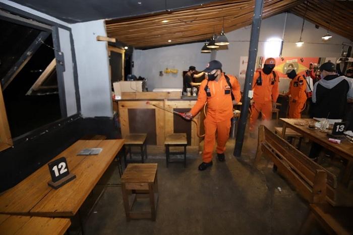 Penyemprotan Disinfektan di Kafe di Kawasan Sudimoro