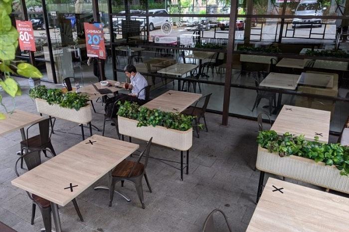 Pengaturan Meja Makan di Restoran untuk Jaga Jarak