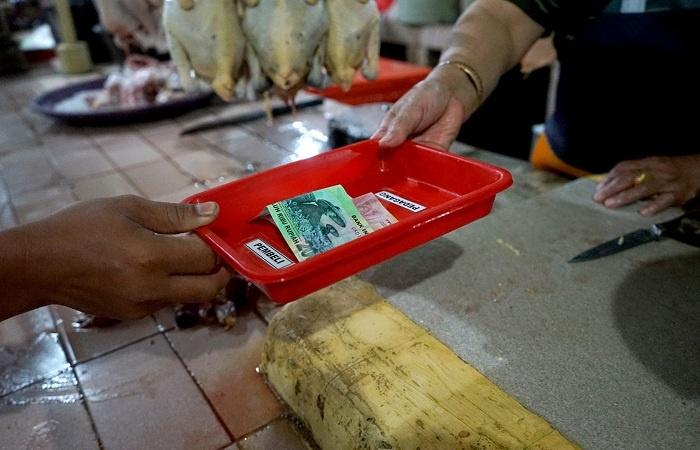Pasar Tangguh di Surabaya Gunakan Nampan untuk Transaksi Jual Beli