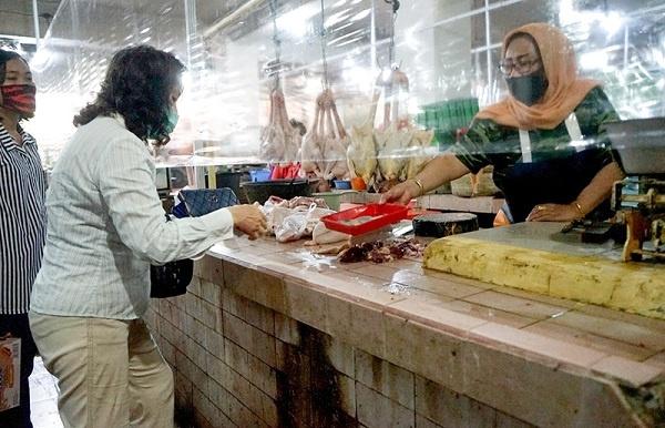 Penggunaan Tirai Plastik di Pasar Surabaya