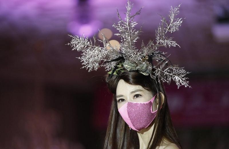 Model Kenakan Masker Modis