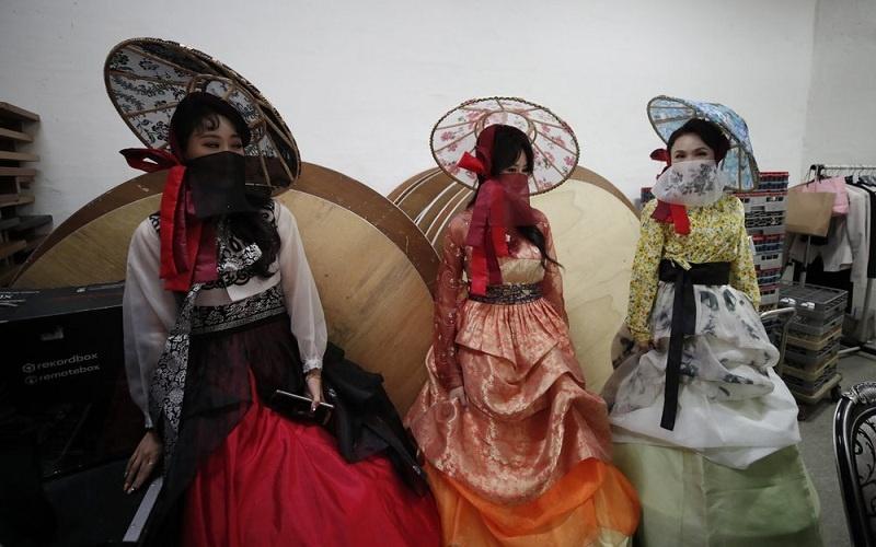 Model Kenakan Pakaian Tradisional Korea Lengkap dengan Atribut Masker