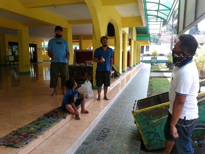 Membagikan Nasi Bungkus ke Masjid Baiturahman Brawijaya