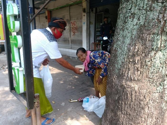 Nasi Bungkus untuk Warga yang Mencari Nafkah di Jalanan-1
