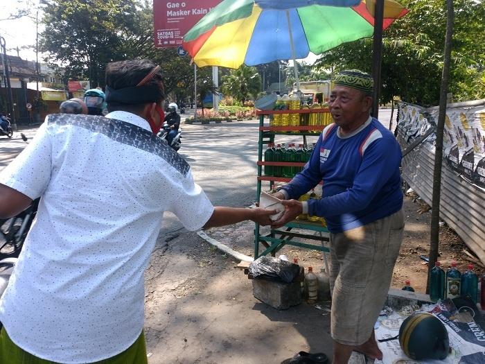 Nasi Bungkus untuk Warga yang Mencari Nafkah di Jalanan-2