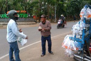 Bagi-bagi Nasi Bungkus Ika Rolaz 88 Diapresiasi Para Pencari Nafkah di Jalanan