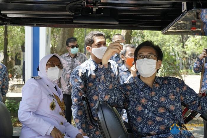 Walikota Surabaya bersama Rektor ITS Mencoba i-Car