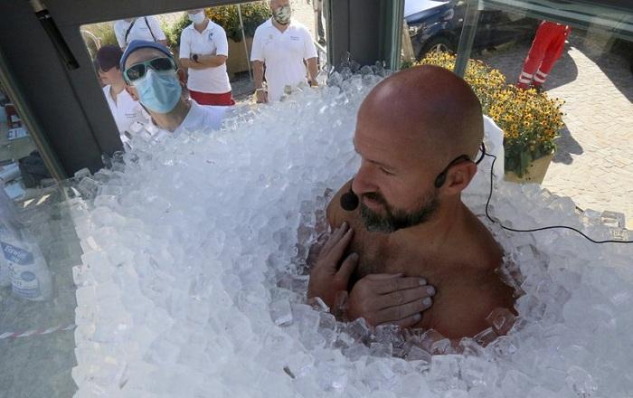 Pria Austria Pecahkan Rekor Berendam dalam Kotak Es Selama 2,5 Jam