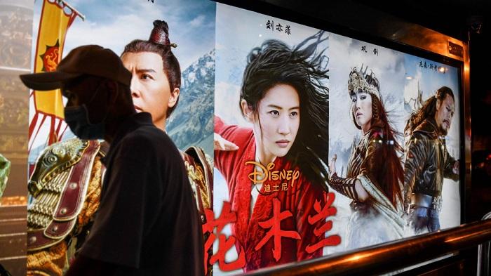 Pengunjung Bioskop Film Mulan di China