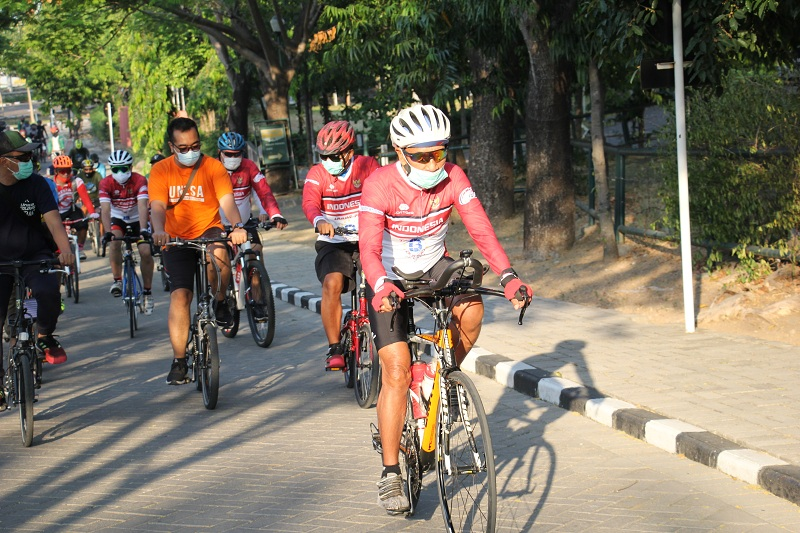Tarwi dan pesepeda yang mengiringi