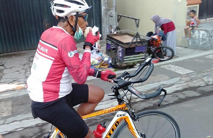 Konsumsi di atas sepeda