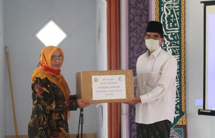Memberikan bantuan alat penjernih air secara simbolis ke pengurus Ponpes Al-Ishlahiyah