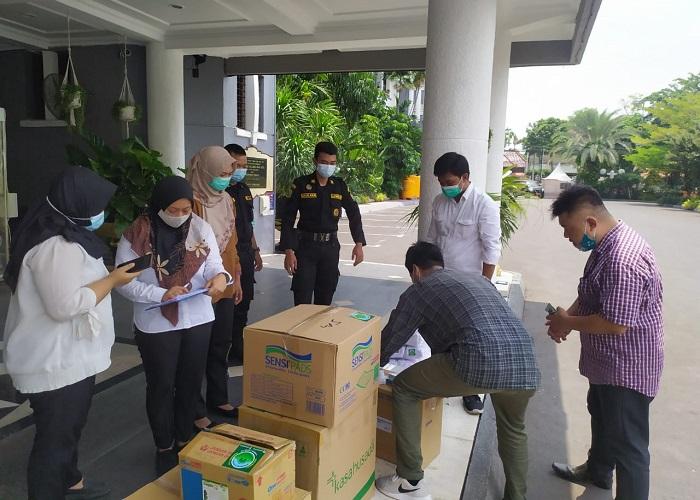 Bantuan diserahkan ke Balai Kota Surabaya