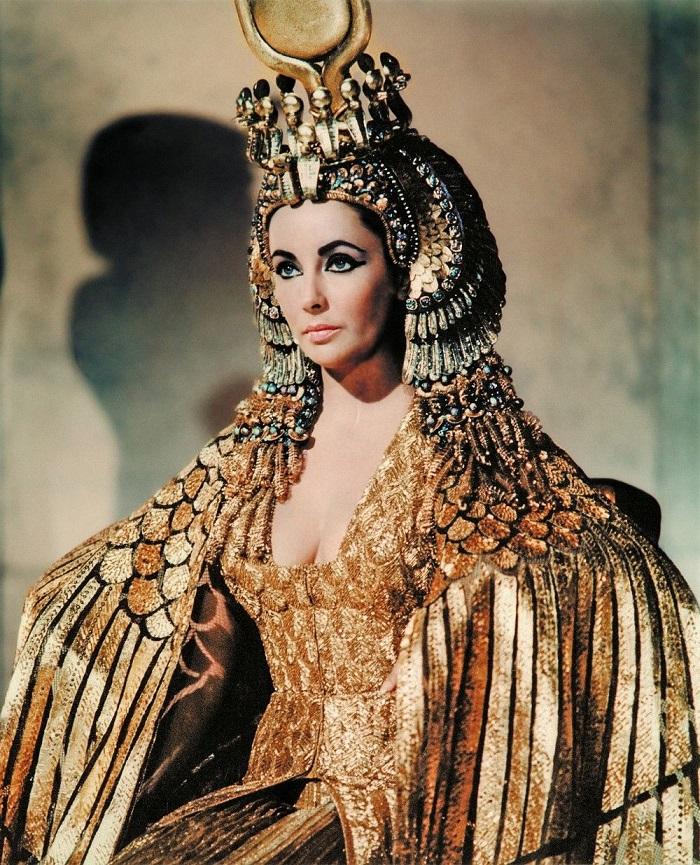 Elizabeth Taylor sebagai Cleopatra tahun 1963