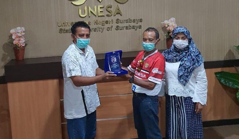 Sambangi Unesa, Tarwi Beri Plakat Penghargaan & Data Statistik Nggowes Surabaya-Jakarta