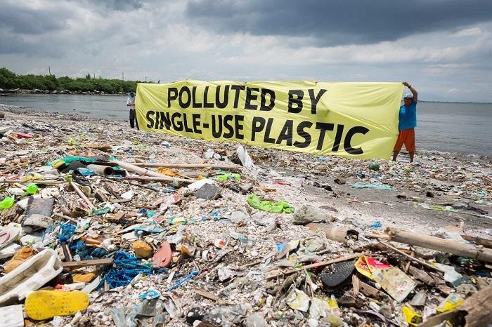 Sampah plastik bermuara ke laut