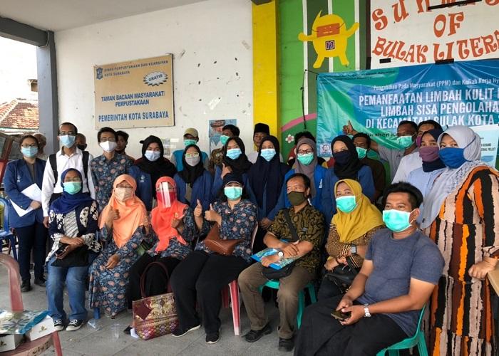 Tim Abmas ITS bersama warga Kedung Cowek