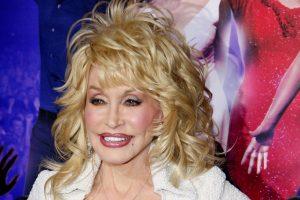 Dolly Parton Donasikan 1 Juta Dolar untuk Pengembangan Vaksin COVID-19