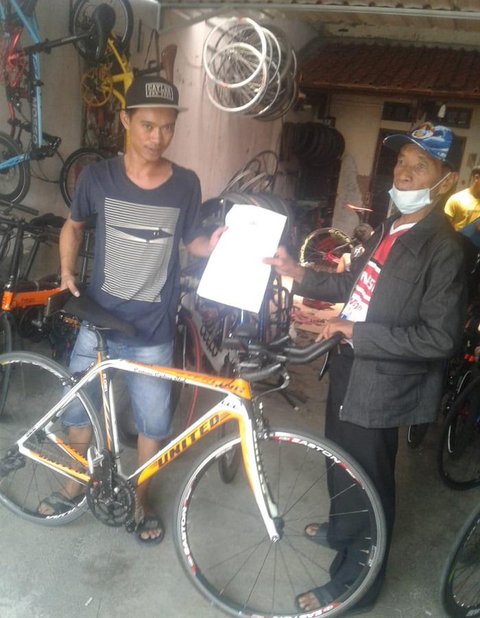 Penyerahan kembali sepeda kepada Tarwi