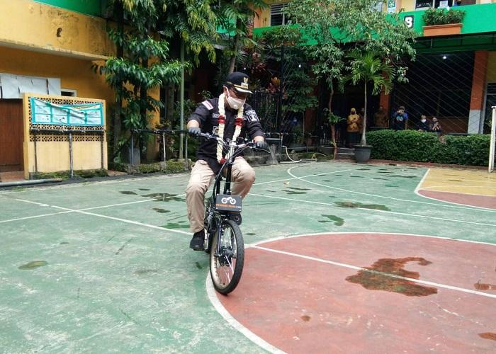 Wawali mencoba sepeda listrik