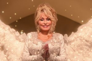 "Selamatkan Anak di Lokasi Syuting, Dolly Parton Pas Perankan Malaikat di ""Christmas On The Square"""