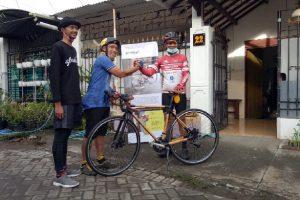 Penyerahan Hadiah Sepeda Bambu Dilanjut Nggowes Bareng