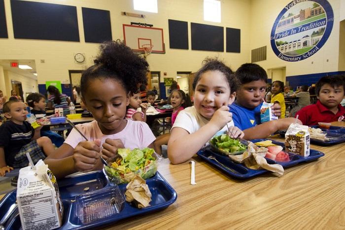Anak2 makan di kantin