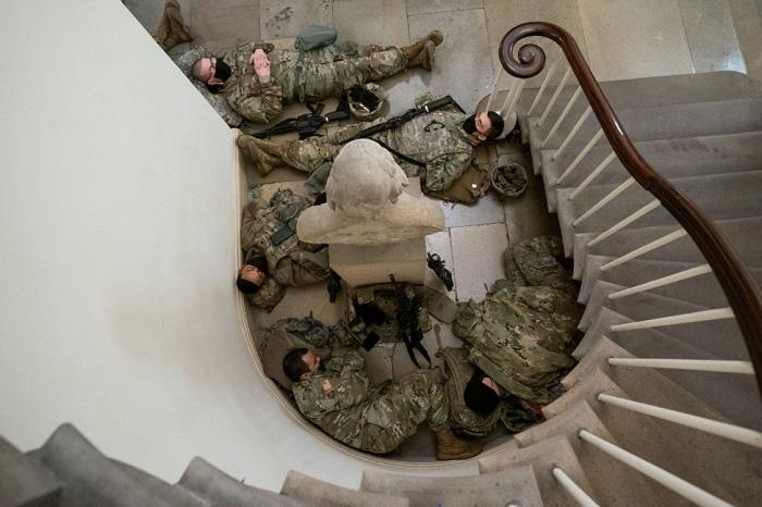 Pasukan Garda Nasional tidur di anak tangga