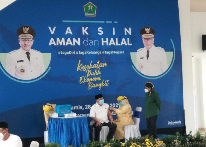 Ketua DPRD Kota Malang divaksin