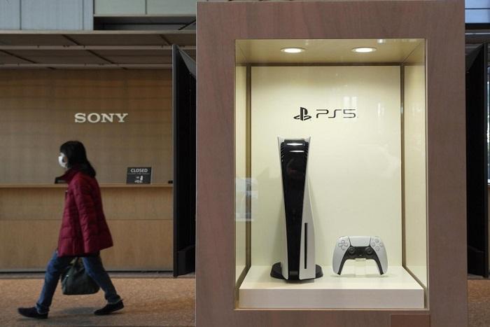 Melintasi display Sony PS5