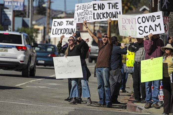 Protes anti-vaksin di Stadion Dodger, Los Angeles