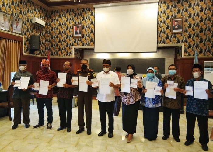 Para tokoh menerima sertifikat vaksinasi COVID-19