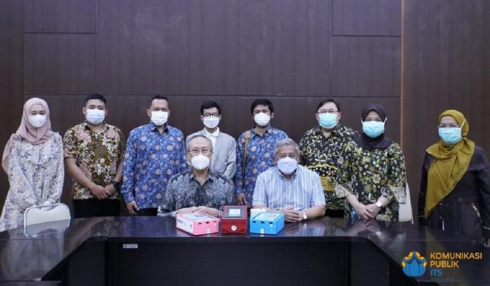Foto bersama tim ITS dan RSI Jemursari