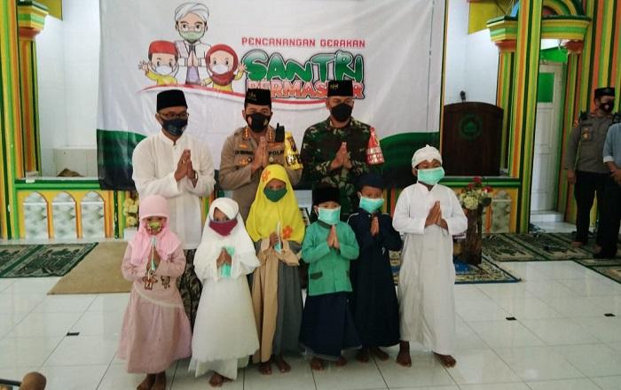 Sukseskan Gerakan Santri Bermasker, Polresta Malang Kota dan Kodim 0833 Bagikan 50 Ribu Masker