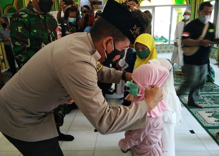 Kapolresta Malang Kota memakaikan masker ke seorang santriwati