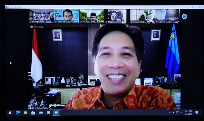 Rektor ITS memberi sambutan secara daring