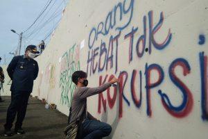 Seni Grafiti Siap Percantik Tampilan Jembatan Kedungkandang