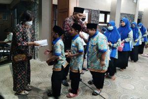 Gandeng Ketua DPRD Kota Malang, Komunitas Aksara Tumapel Beri Santunan untuk Anak Yatim