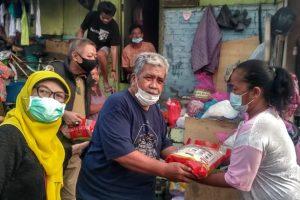 Ika Rolas 74 Bagikan Sembako di Kampung Pemulung Surabaya