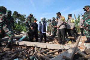 Bantu Korban Bencana, Forkopimda Jatim Bagikan Bansos dan Siapkan Rumah Sederhana