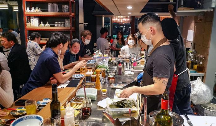 Warga Jepang makan di luar