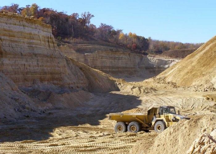 Penghancuran bukit batu untuk mendapatkan pasir
