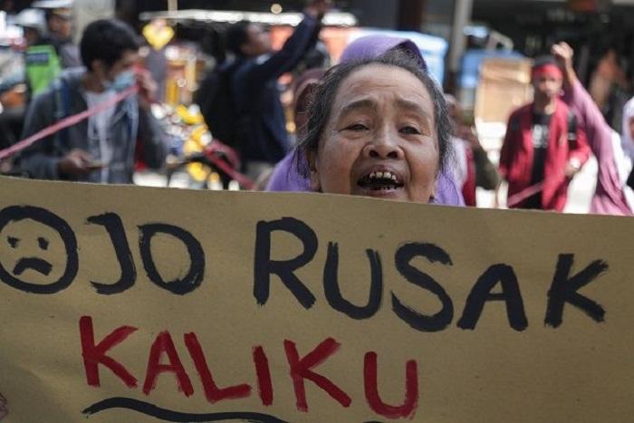 Protes penambangan pasir liar